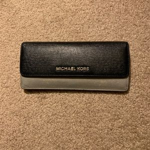 Michael Kors Long wallet like new condition